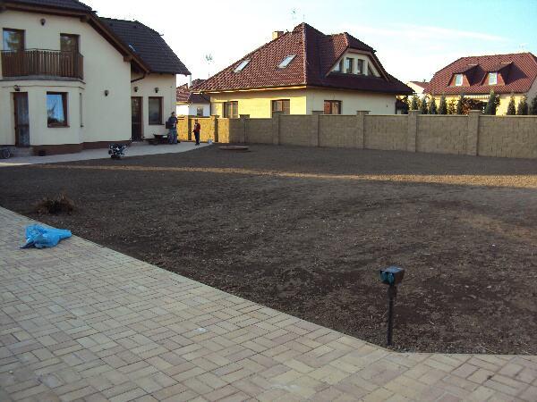 Zrekultivovaná plocha zahrady je již připravena na výsev