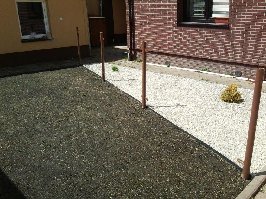 Nyní již zbývá jen naistalovat plotové plaňky