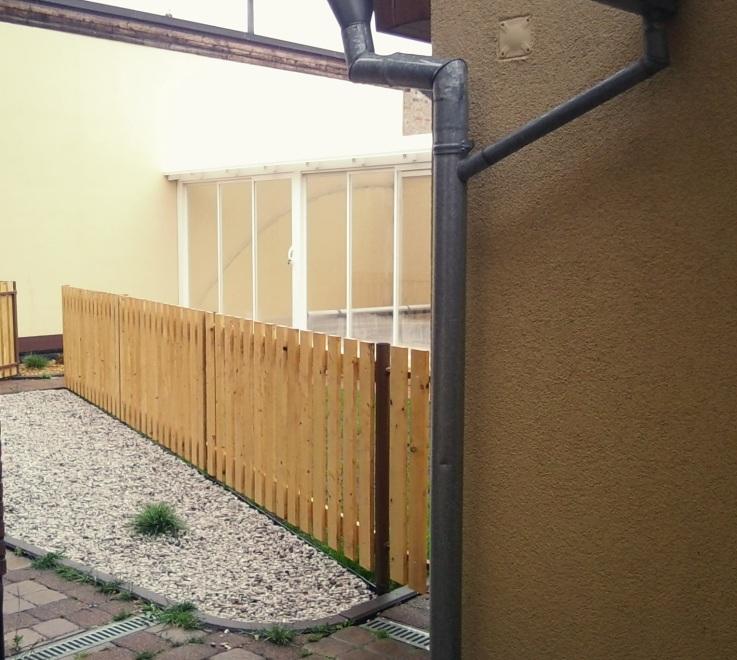 Finální podoba plotu který rozděluje zahradu na dvě části