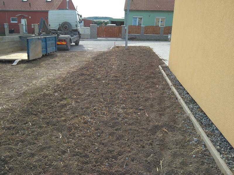 Zkypření zeminy rotavátorem